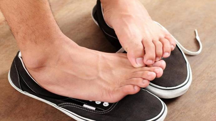 How to treat foot odor or smelly feet with home remedies