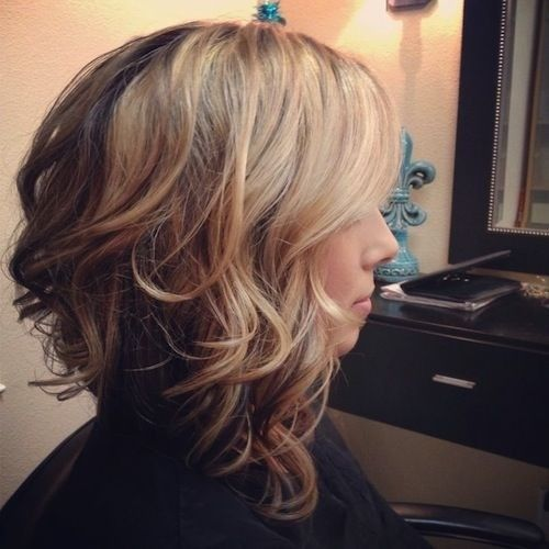Wavy bob layers with highlights