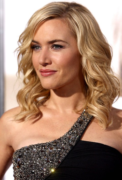 winter-hairstyle-with-light-curls-for-medium-hairs