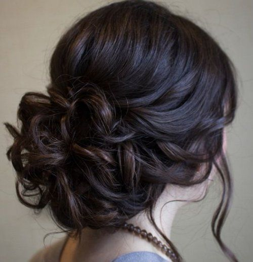 Low chignon bun for short hairs