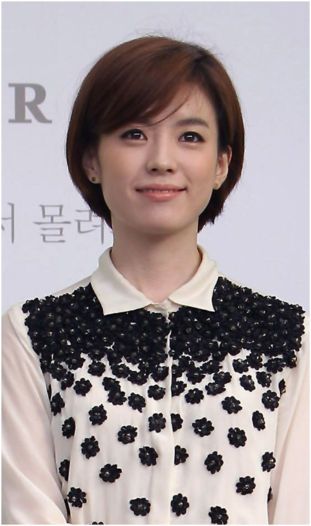 Korean short hairstyle with side bangs