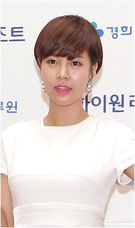 Short pixie Korean hairstyle with bangs for a smart look