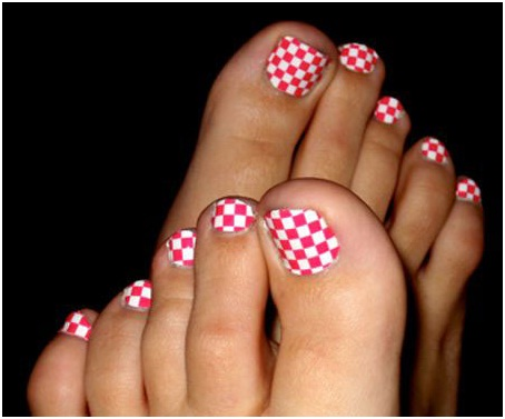 checker-board-nail-art-for-your-feet