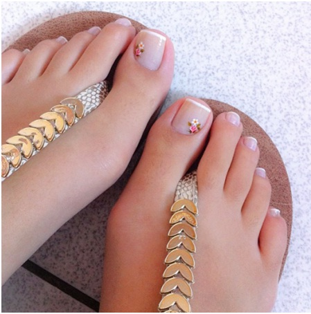 the-minimalistic-nail-art-with-french-pedicure