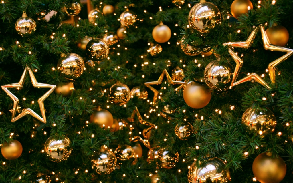 christmas-tree-decorations-with-golden-balls-and-stars