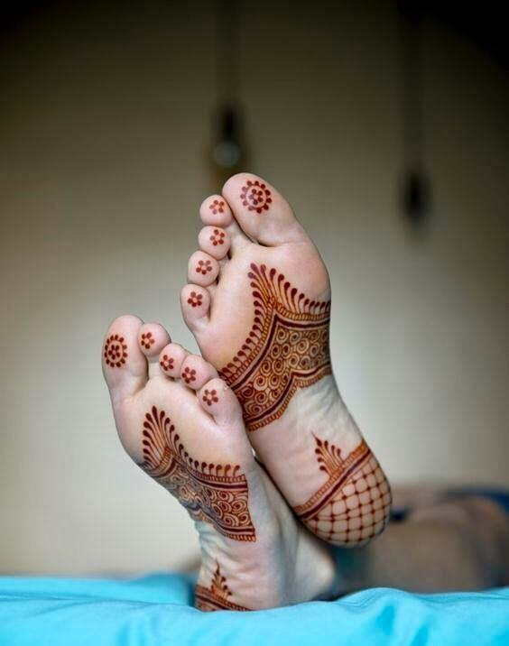 Disjoint mehndi design for the sole of foot