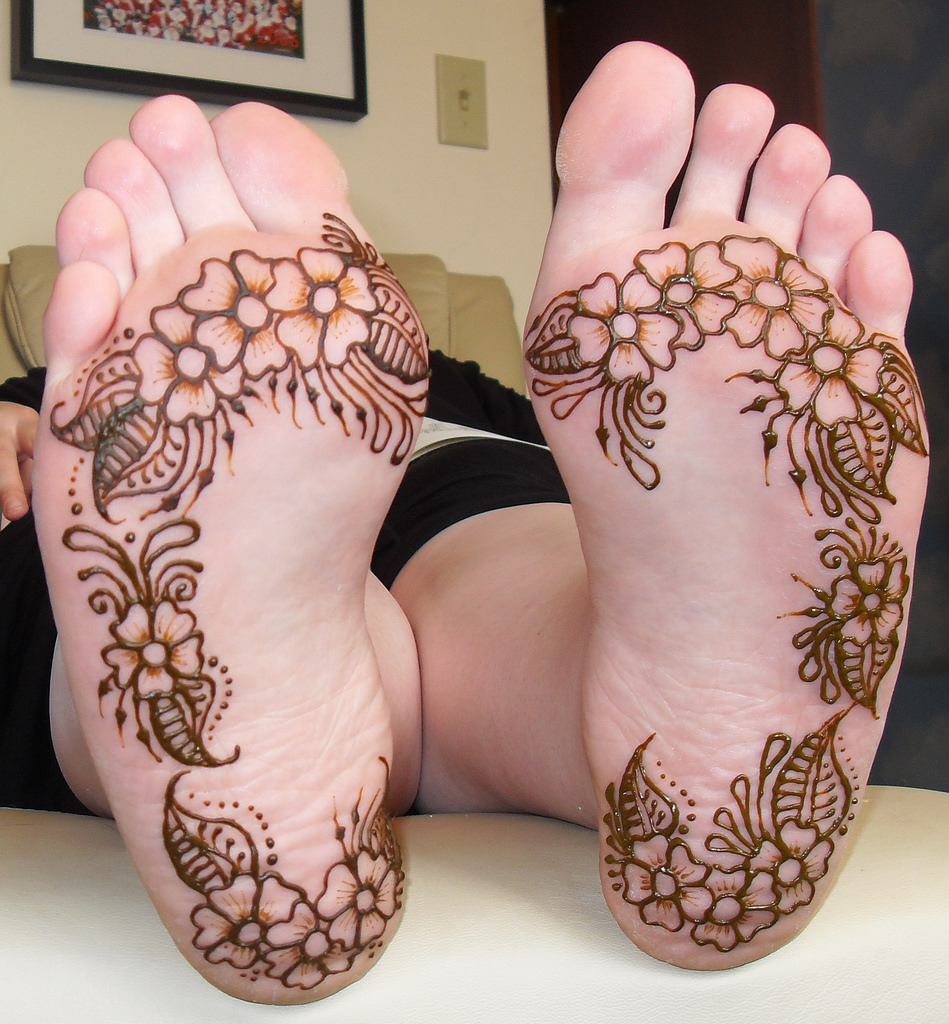 Floral bordering mehndi design for the sole