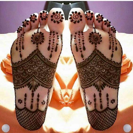 Hath-phool shaped mehndi design with dangling chains