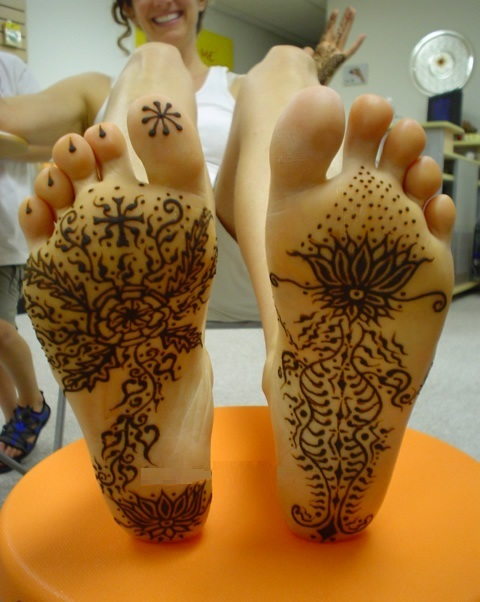 Unique floral and vine based mehndi design for sole