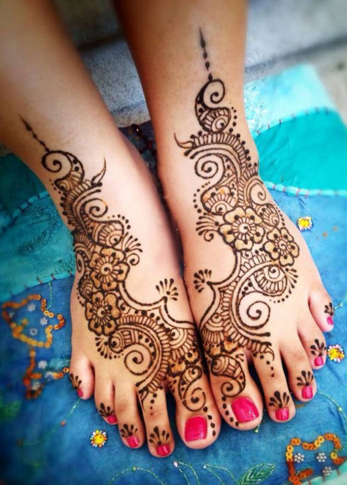 Arabic Mehndi Design with Thin Floral Vine Pattern