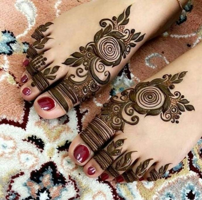 Bold Mehndi Flowers with Thick Leaf Design