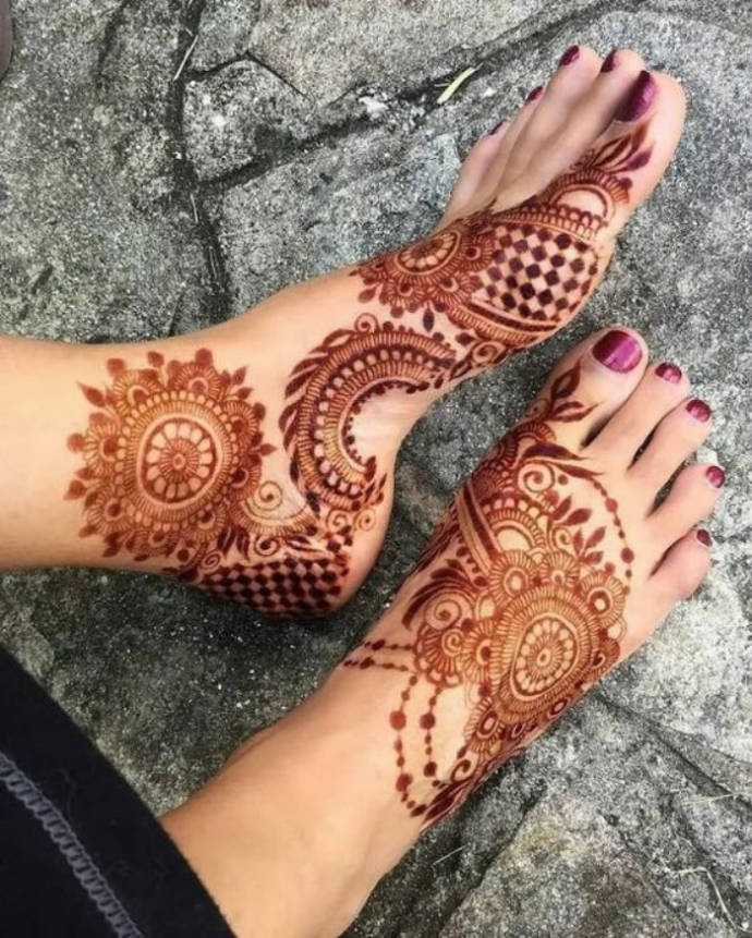 Circle Style Mehndi with Square Filling