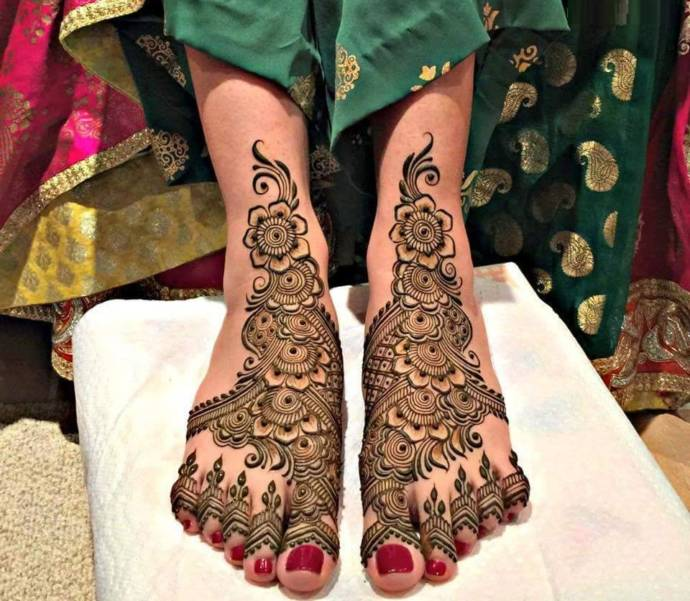 Latest Wedding Arabic mehndi designs for bride legs